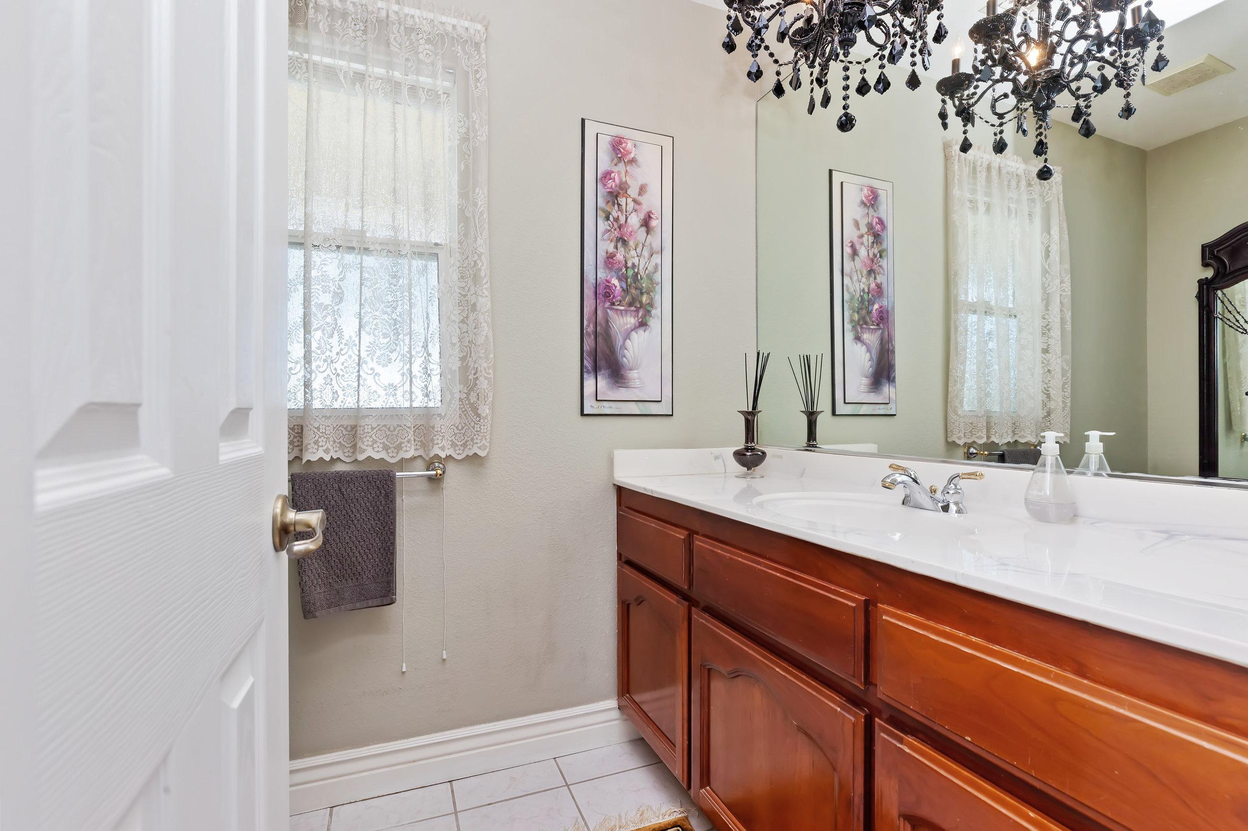 041_Bathroom.jpg