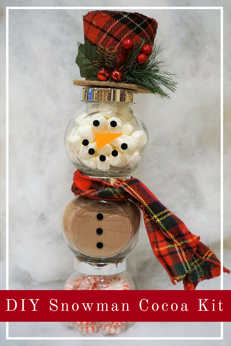 This snowman jar cocoa kit is the perfect holiday or hostess gift! Fill it with marshmallows, cocoa, and peppermints. Click here to learn how to make this DIY and get the full supply list. #diychristmasgift #christmasdiy #hotcocoa #cocoakit #diygiftidea #easygifts #hostessgift
