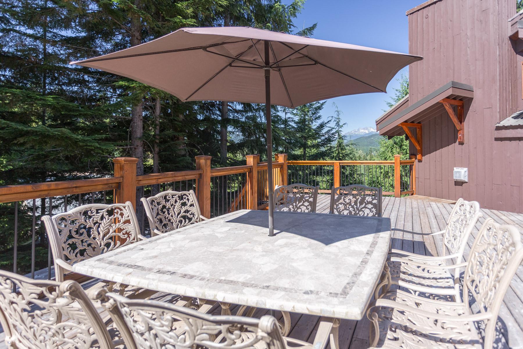 Aurora Lodge - Outdoor Dining Area