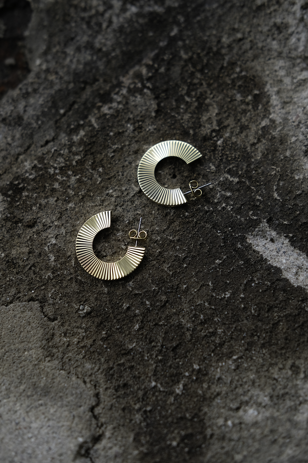 Anniina hoop earrings with pleat pattern are hand polished. They are made in brass and plated with 14k gold.  Earrings measure 2,5cm outside diameter. Price 94€