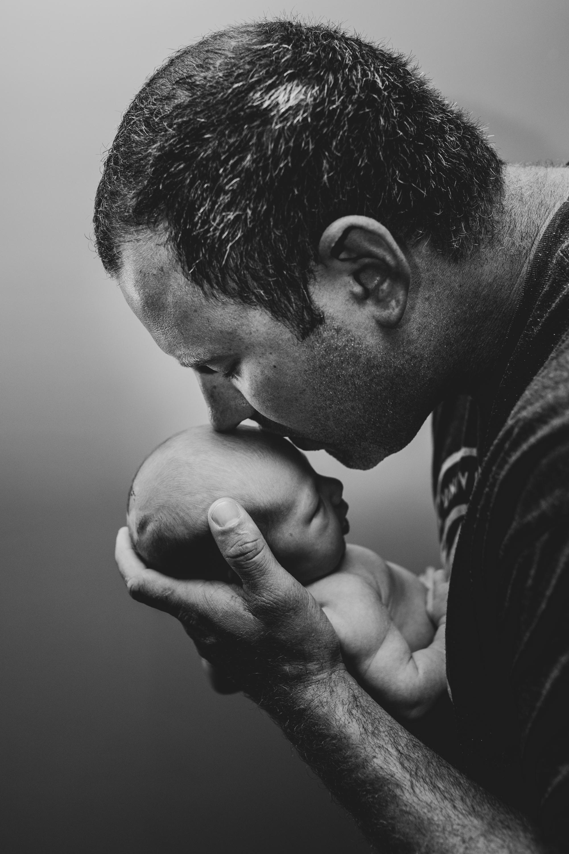 Newborn-London-Jodie-Aldred-Photography-Chatham-Middlesex-Lambton-Baby-black-white-family-parents-ontario.jpg