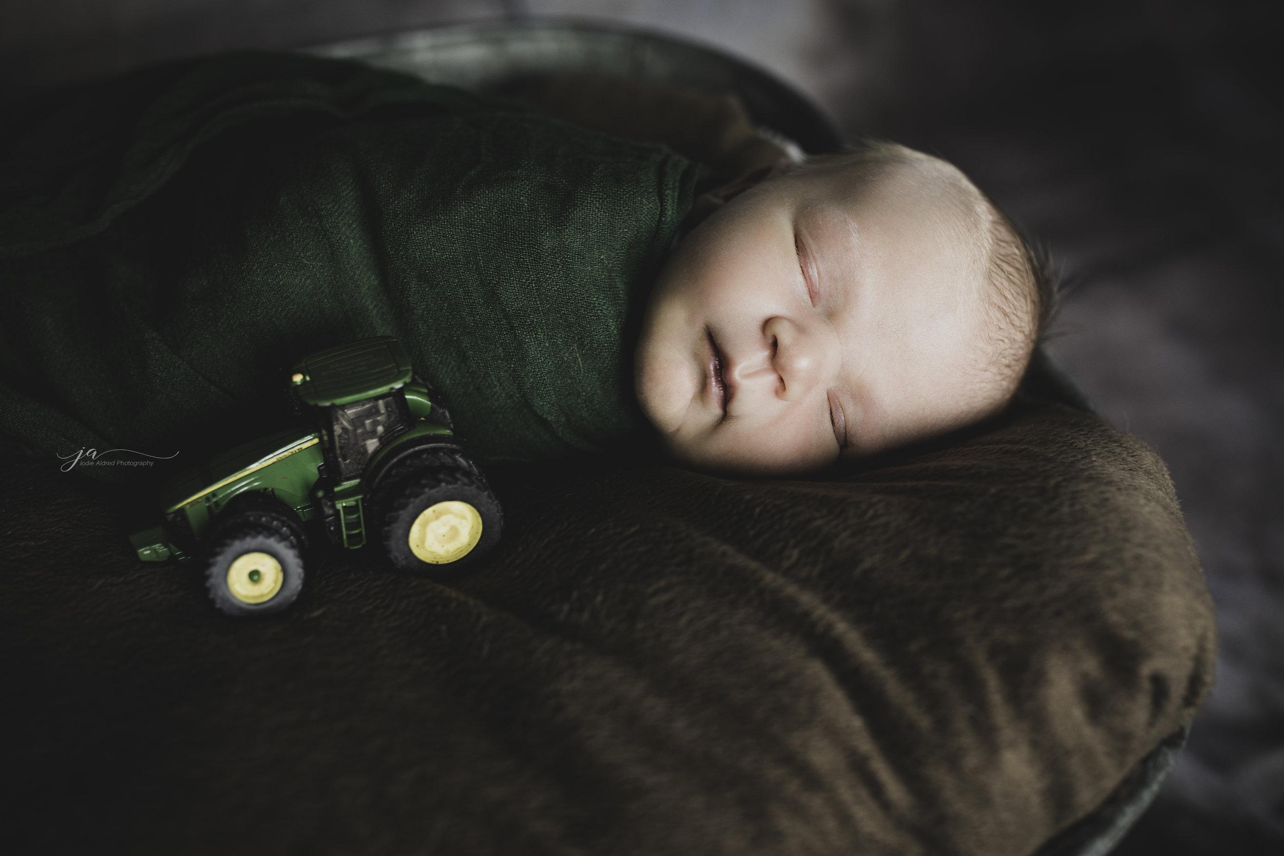 Newborn-tractor-john-deere-farm-boy-jofie-aldred-photography-london-ontario-middlesex-lambton-elgin-chatham.jpg