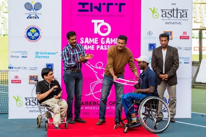 Zeeshan Ali gives away the winner's trophy to Shekar Veeraswamy. Also seen are (from left) Astha founder Sunil Jain, Vasanth Kumar (Landmark Group) and Jude Felix.