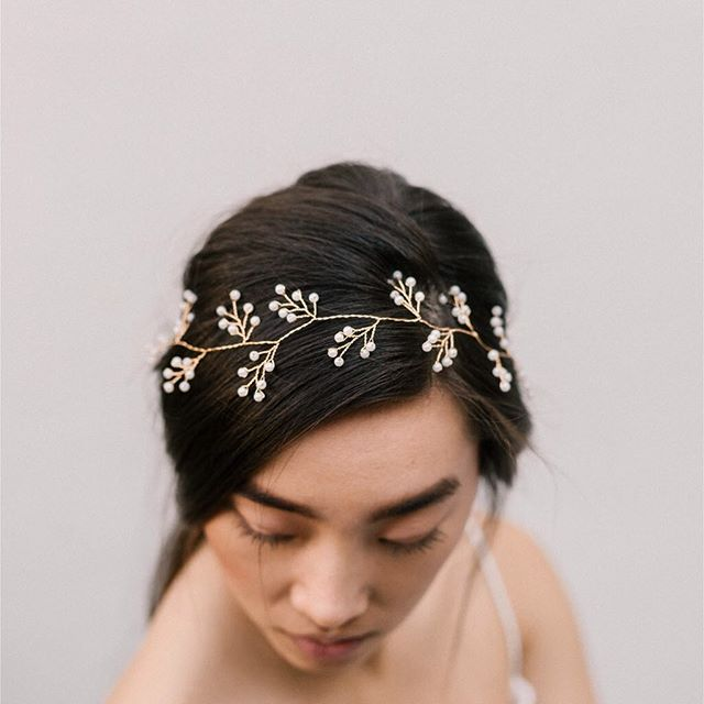 Introducing the Clara headband. An elegant and refind pearl headband.  Available in our webshop for €84 euro.