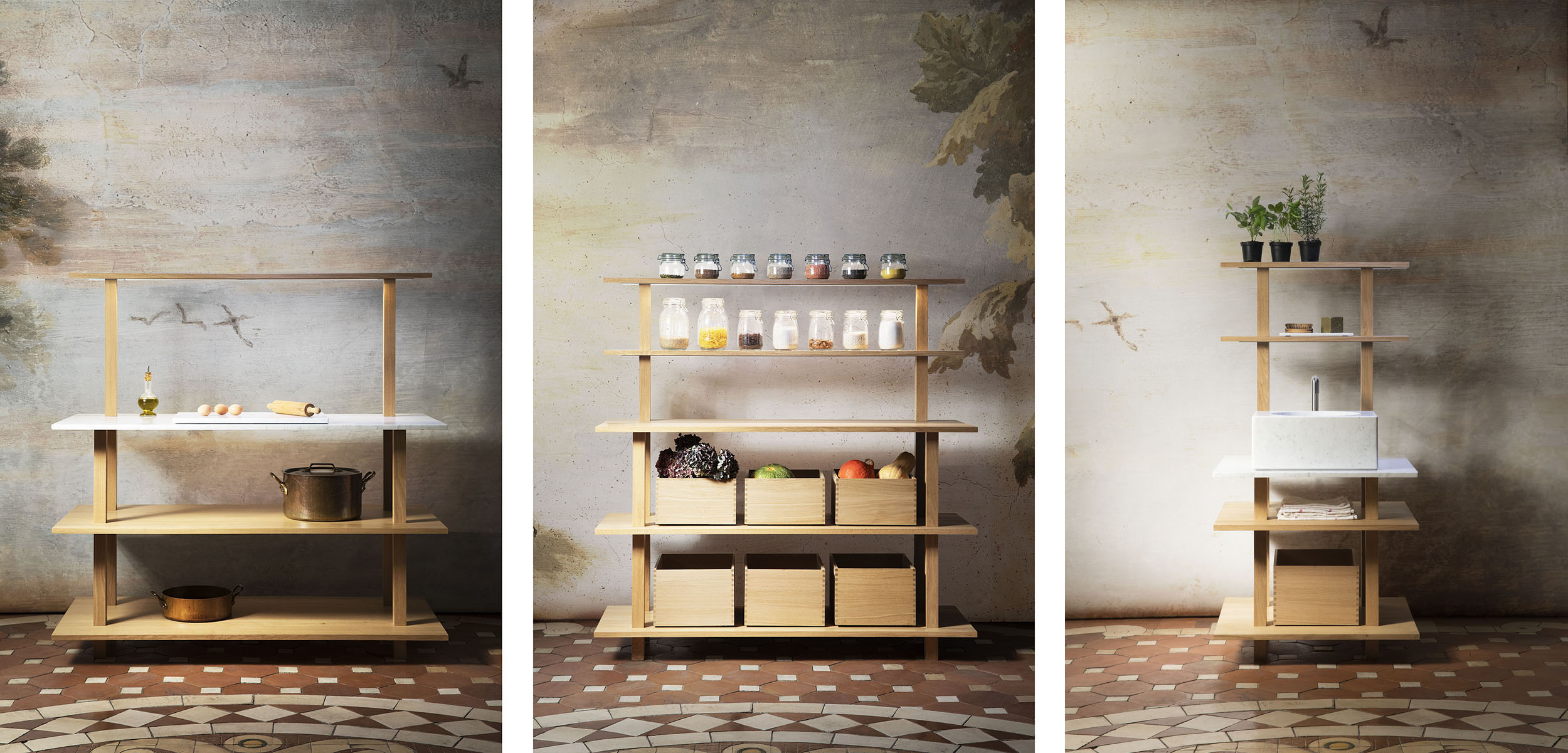 Configurations de meubles de cuisine ouverts en chêne massif huilé avec portiques éclairants, évier en marbre blanc de carrare et boites coulissantes de rangement