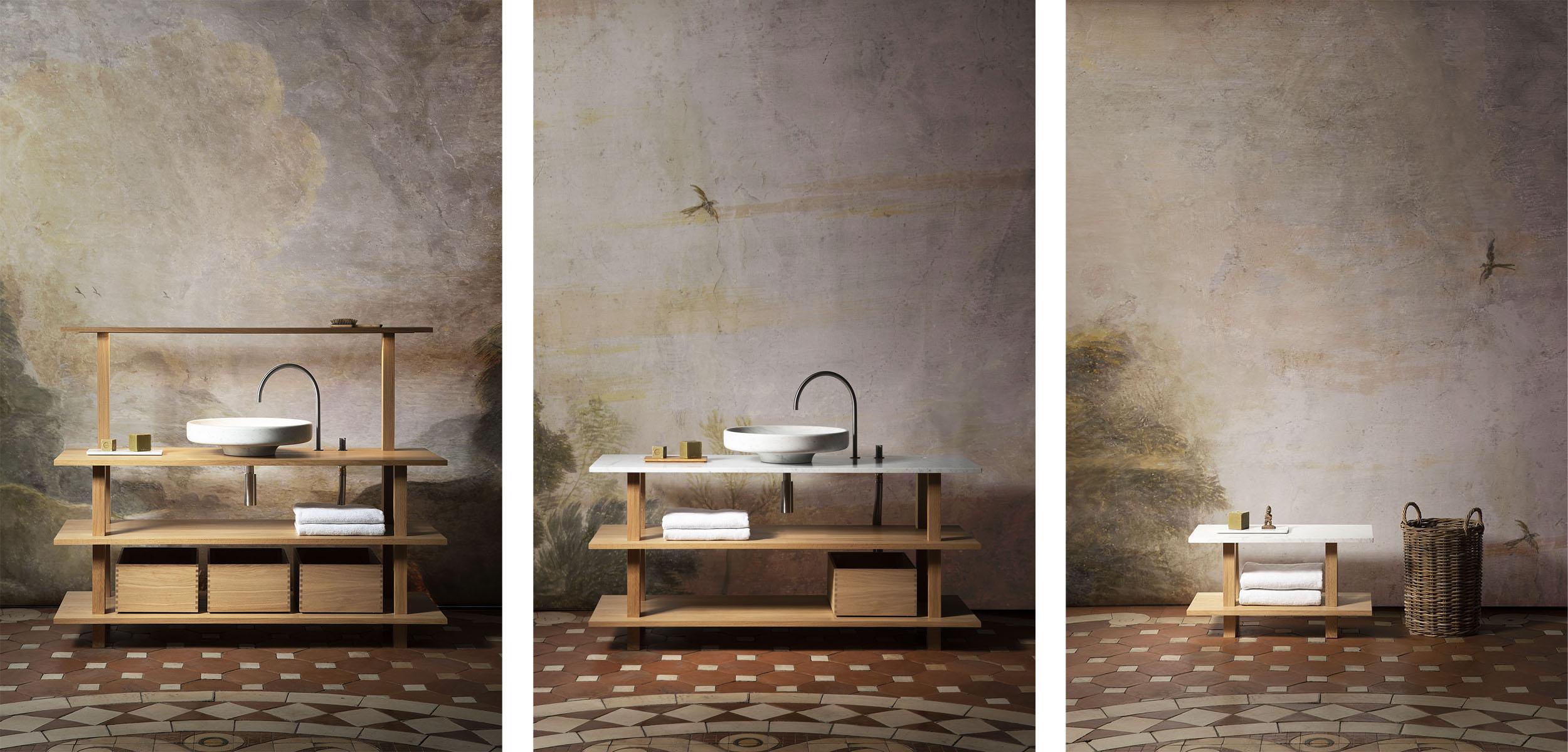 Configurations de meubles de salle de bain ouverts en chêne massif huilé avec top bois ou marbre, portiques éclairants, lavabos en marbre blanc de carrare et boites coulissantes de rangement