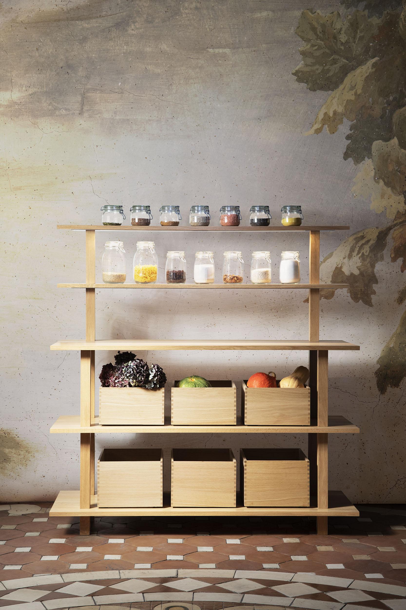 Meuble ouvert en chêne massif huilé servant d'épicerie ou de rangement pour la cuisine avec un portique éclairant à deux étagères et des boîtes coulissantes de rangement en bois