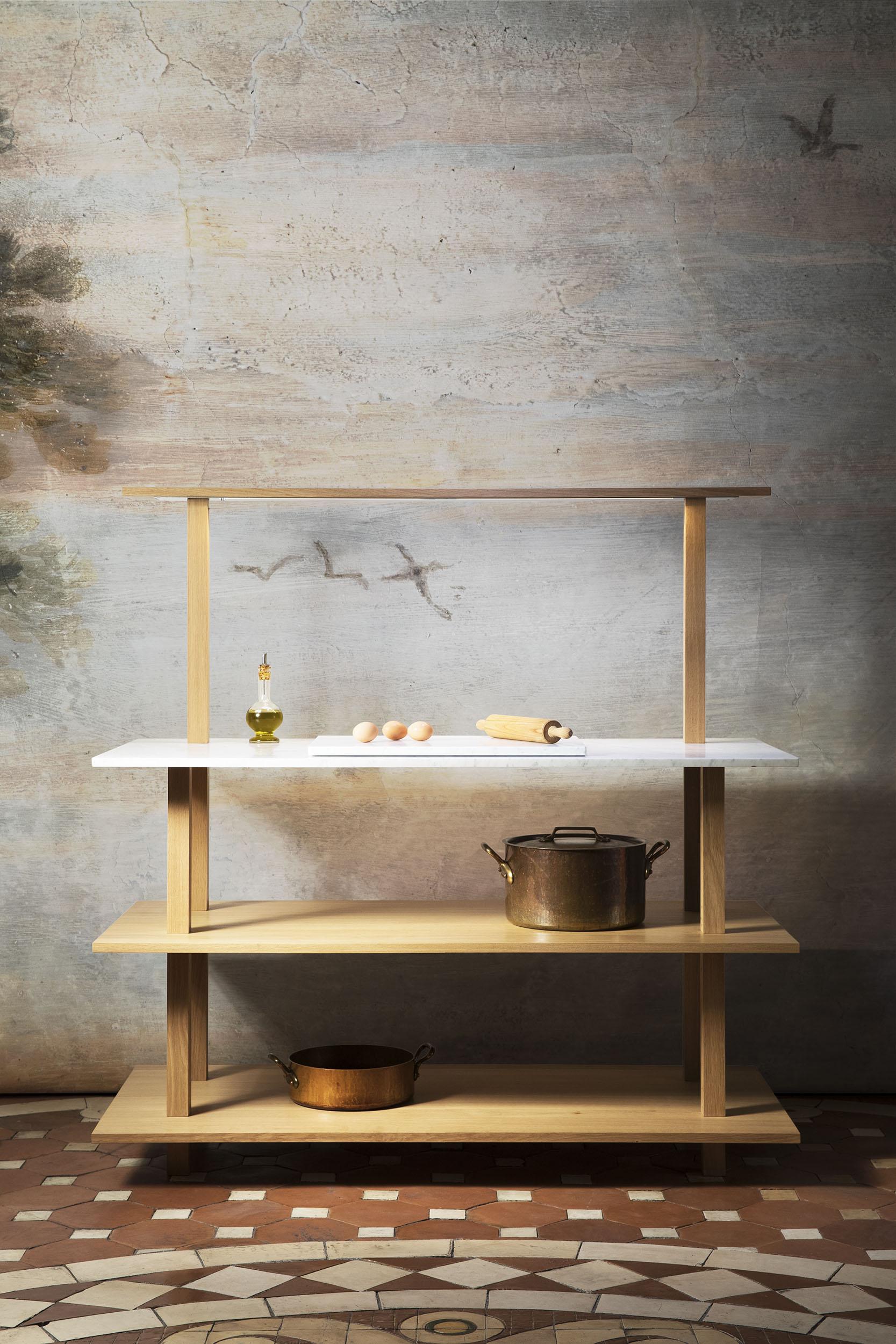 Meuble ouvert en chêne massif huilé pour la cuisine avec un top en marbre blanc de Carrare, un portique éclairant à une étagère et un marbre à pâtisserie