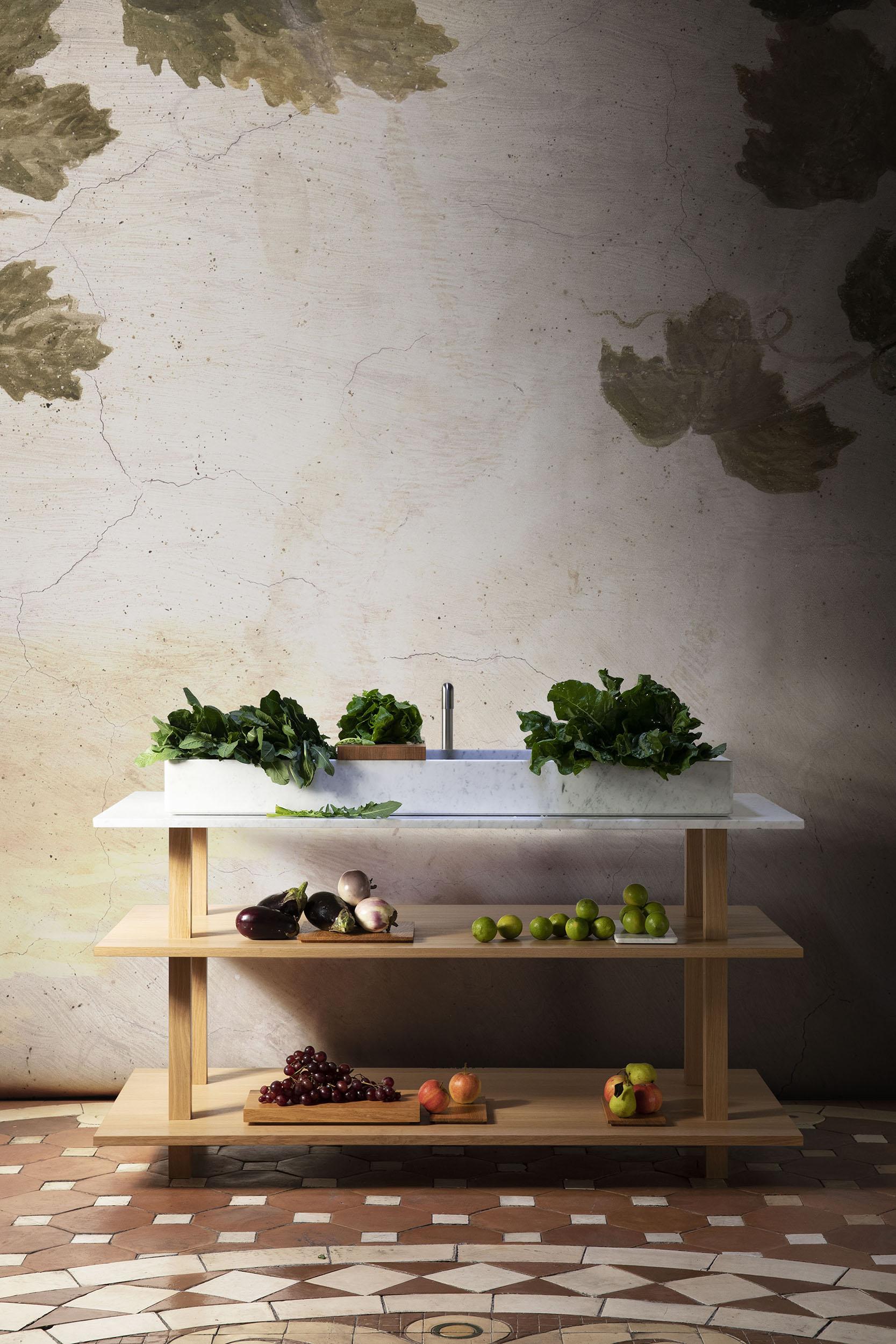 Meuble ouvert en chêne massif huilé pour la cuisine avec grand évier plat en marbre blanc de carrare et planches de découpe Plaque en chêne et en marbre