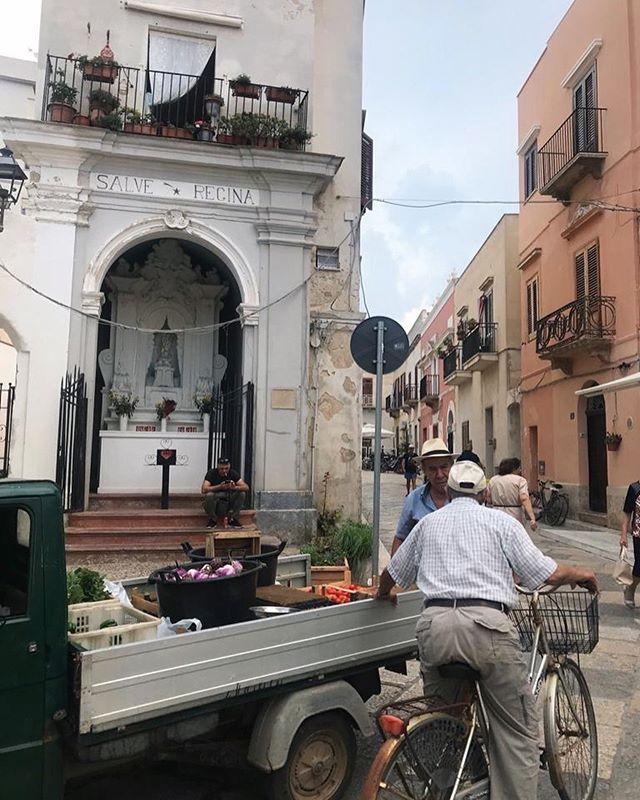 Sicilian traffic jam #siciliabedda #favignana #travelerinsicily #whatitalyis #browsingitaly #mytinyatlas
