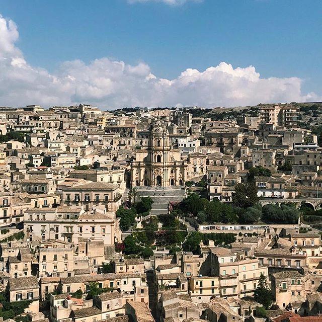 Mamma mia, I think I've fell in love with Modica 😍 #modica #sicily #travelerinitaly #browsingitaly #mytinyatlas #whatitalyis #siciliabedda