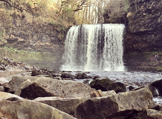 💦Four falls walk 💦 Swipe to see the effects it might have 🤷🏼‍♀️😂 A must see when visiting @cwmchwefruholidaycottages the curtain waterfall & views are breath taking 😍  #builthwells #breconbeacons #walking #hiking #beacons #views #wales #waterfalls #waterfallsofinstagram #fourfallstrail #fourfalls #amazing #halfterm #adventures #cottages #holiday #halftermfun