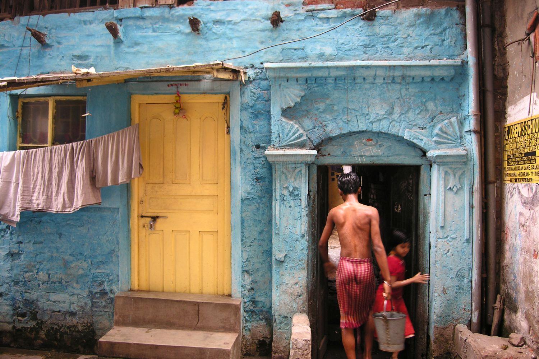 Kolkata - Calcutta   Slum Anand Nagar   City of Joy   Morning toilets on the street   ©sandrine cohen