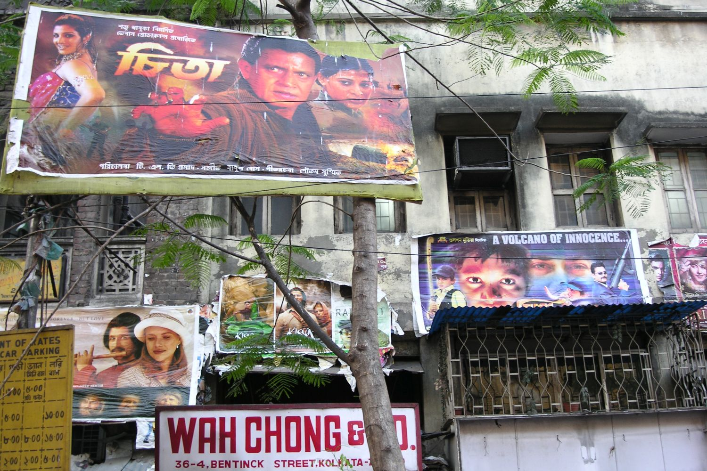 Kolkata – Calcutta   Bollywood poster   colonial building   streetphotography sandrine cohen