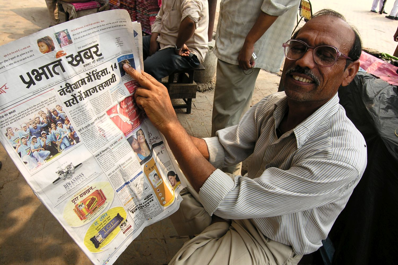 Kolkata - Calcutta   Indian man reading newspaper   ©sandrine cohen
