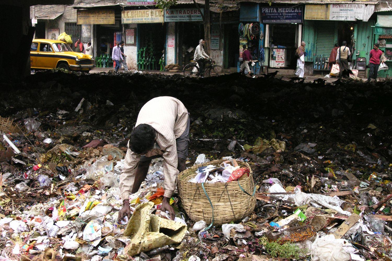 Kolkata - Calcutta   Indian man sorts garbage for recycling   ©sandrine cohen