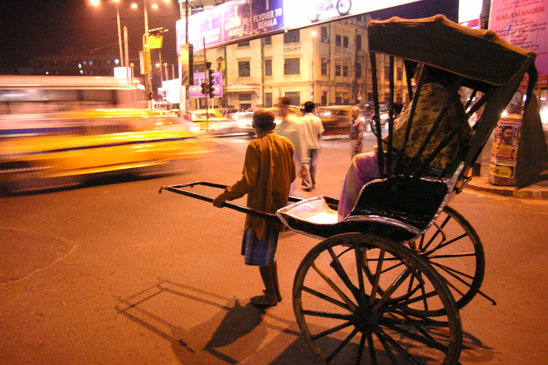 Kolkata - Calcutta   Rickshaw in the night   Traffic on Park Circle   ©sandrine cohen