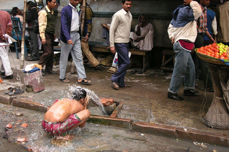 Kolkata - Calcutta   Indian child washing water on the street   ©sandrine cohen