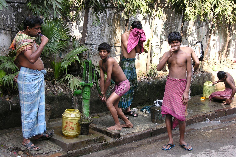 Kolkata - Calcutta   Indians children washing on the street   ©sandrine cohenmorning toilets on the street
