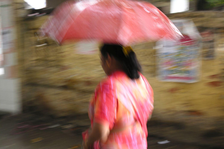 Kolkata - Calcutta   Rain on Calcutta   Indian woman with umbrella   ©sandrine cohen