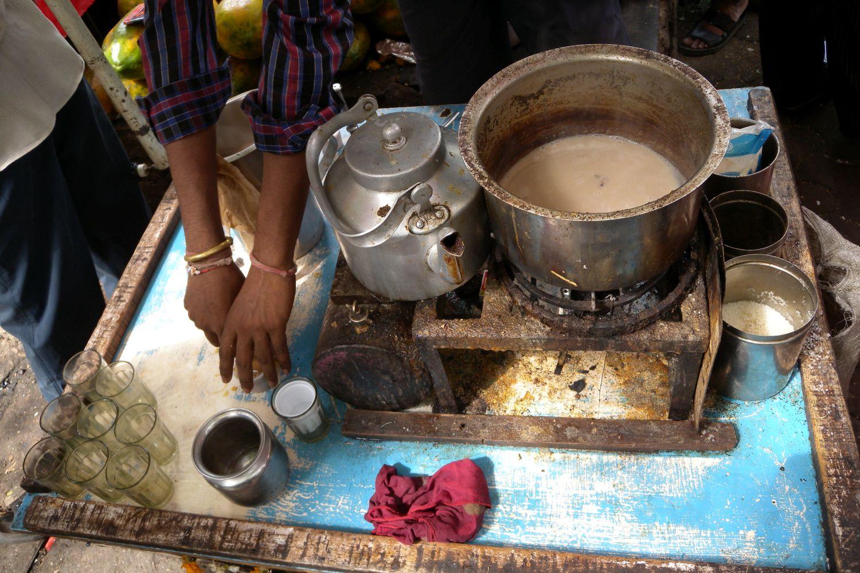 Mumbai - Bombay | Tchai in Mumbai | Chai in Bombay | Seller oh the chai in Mumbai | Street food in Mumbai | ©sandrine cohen