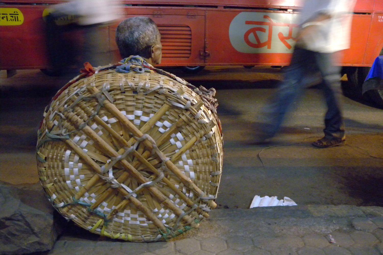 Mumbai - Bombay | Man in a wicker basket | Coolie in Mumbai | Bus in Mumbai | ©sandrine cohen