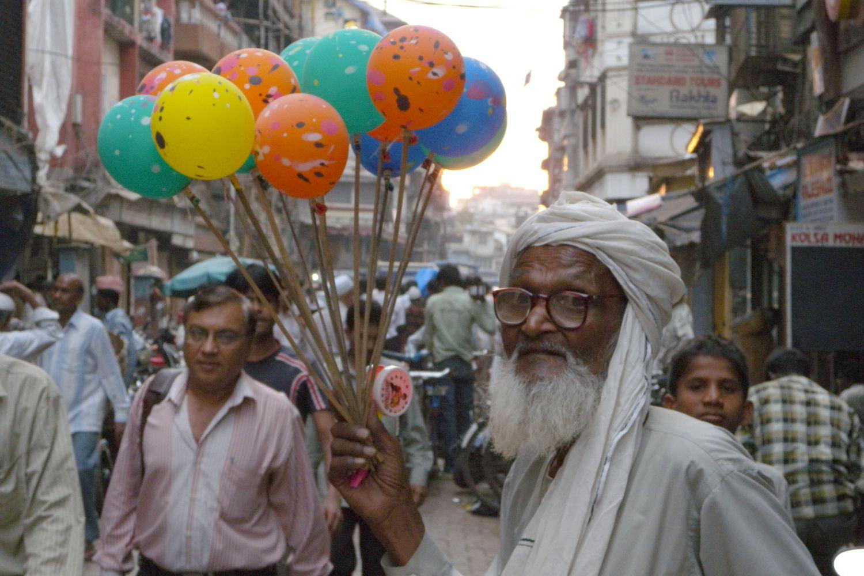 Mumbai - Bombay | Old man selling ballons | ©sandrine cohen