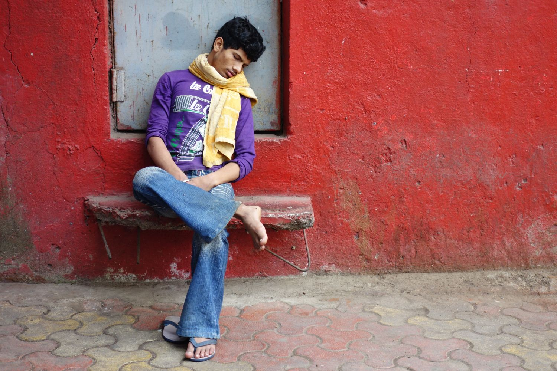 Mumbai - Bombay | Mumbaikar sleeping on a red bench | ©sandrine cohen