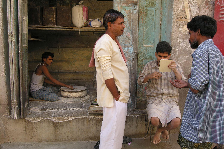 Mumbai - Bombay | Mumbaikar grinding the flour | Bombaikar shaving with a mirror | ©sandrine cohen