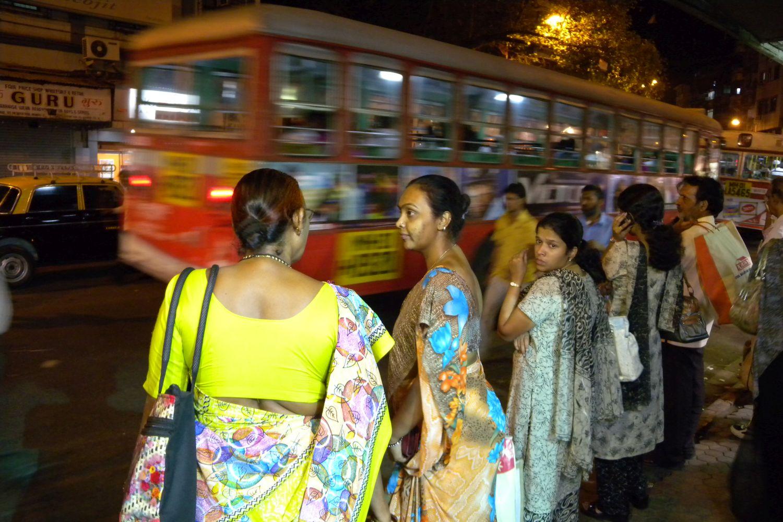 Mumbai - Bombay | Bus stop in Kalbadevi | Indian women at bus stop in Mumbai | ©sandrine cohen
