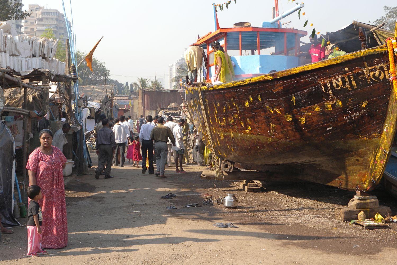 Mumbai - Bombay | Boat on the slum in Mumbai | Slum Coffee Parade | ©sandrine cohen