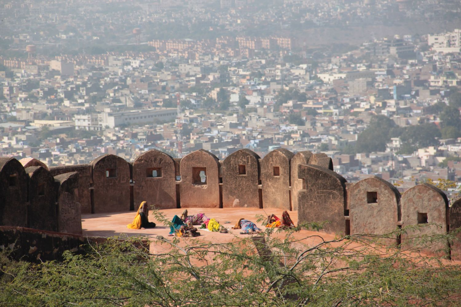 Jaipur | Rajasthan | City view form Amber Fort |Women at Amber Fort | Jaipur view form Amber fort | ©sandrine cohen