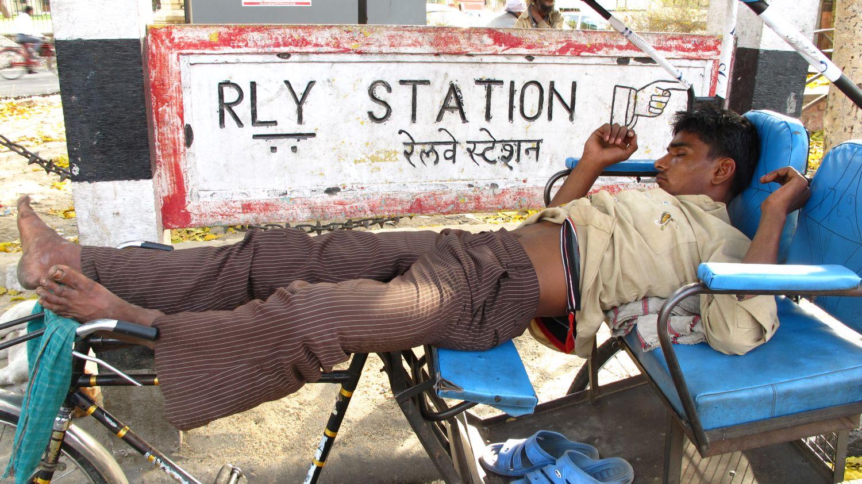 Jaipur | Rajasthan | Rickshawala sleeping near railways station | ©sandrine cohen