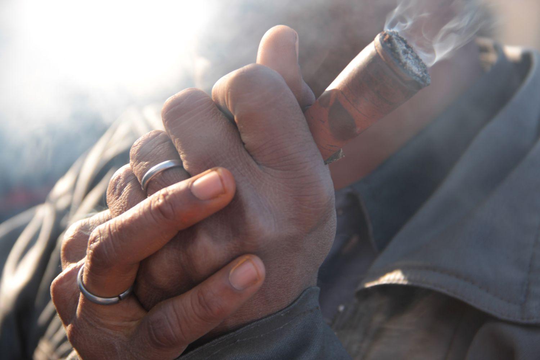 Jaipur | Pink city | Rajasthan | Indian man smoking with indian pipe | Chilum pipe©sandrine cohen