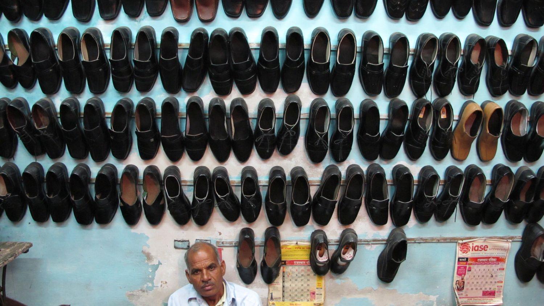 Jaipur | Rajasthan | Pink city | Man under shoes | Shoes shop | ©sandrine cohen