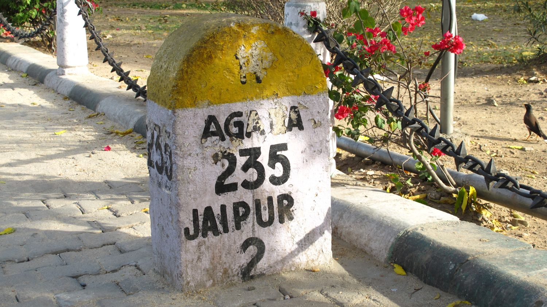 Jaipur | Milestone Jaipur - Agra | Rajasthan | streetphotography sandrine cohen