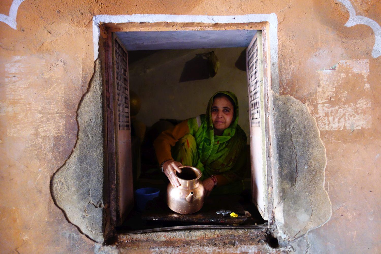 Jaipur | Rajasthan | Pink city | Indian woman distributes water | ©sandrine cohen