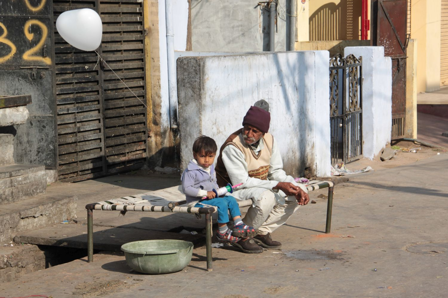 Jaipur | Rajasthan | Pink city | Grand-father and child | ©sandrine cohen
