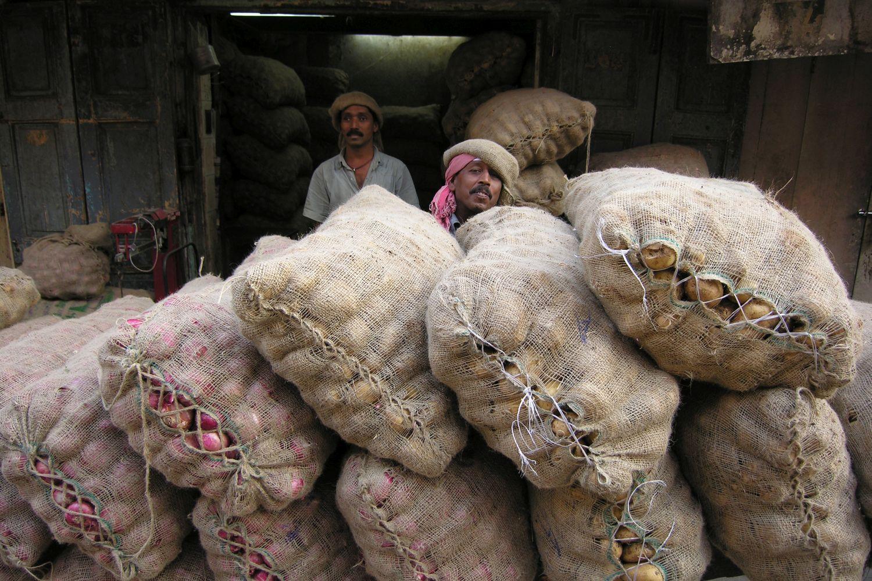 Mumbai - Bombay | Potatoes mumbaikar | Man with potatoes in Choor Bazar | ©sandrine cohen
