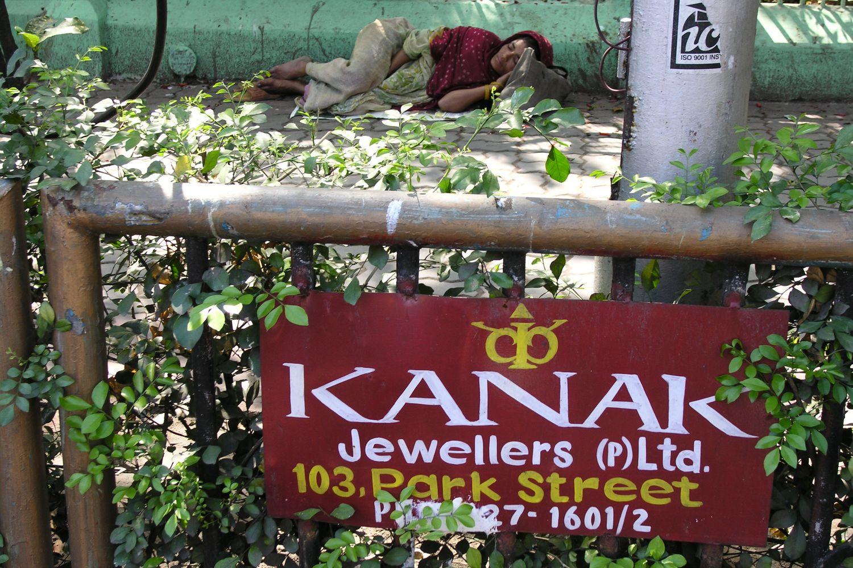 Kolkata - Calcutta   Bengali woman sleeping on the street   ©sandrine cohen