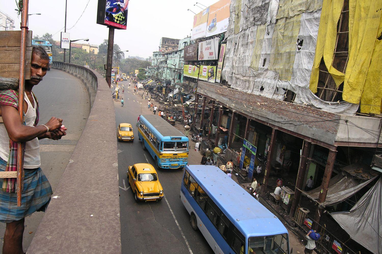 Kolkata - Calcutta   Traffic on MG road   Mahatma Gandhi rd in Calcutta   ©sandrine cohen