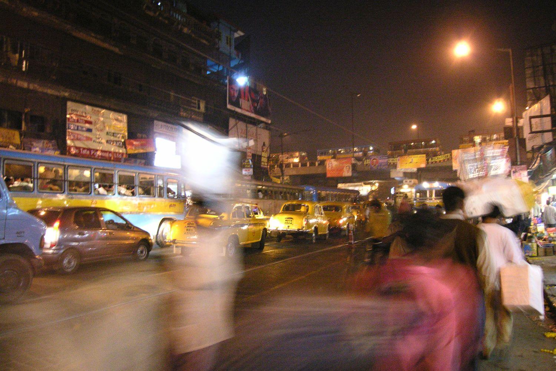 Kolkata - Calcutta   Traffic on Mahatma Gandhi road at evening   ©sandrine cohen