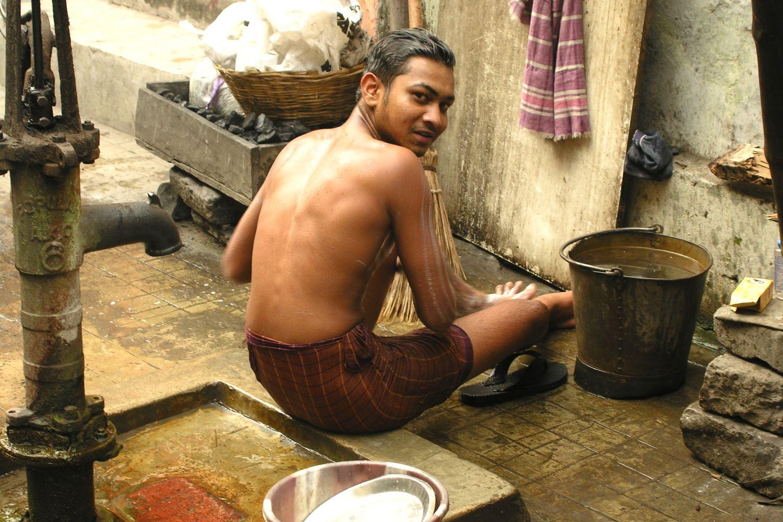 Kolkata - Calcutta   Morning toilets on Calcutta street   ©sandrine cohen