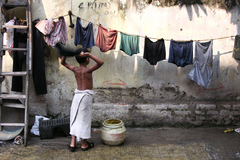 Kolkata - Calcutta   Morning toilets on Calcutta street   Child and laundry   ©sandrine cohen