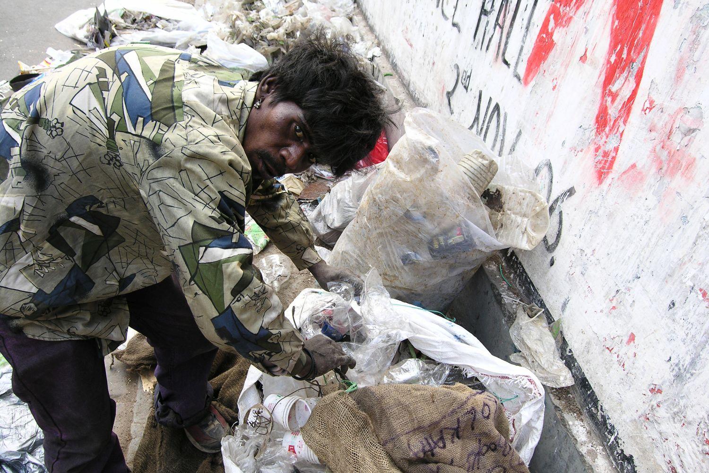 Kolkata - Calcutta   Homeless   homeless recycle plastic   ©sandrine cohen