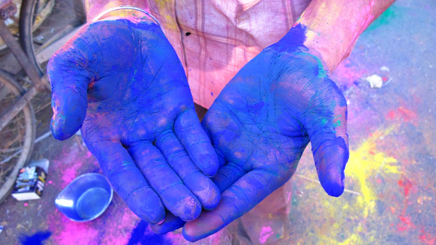 Jaipur | The Holi 17 | Feast of colors | Indian man celebrating the Holi | Blue hands | ©sandrine cohen
