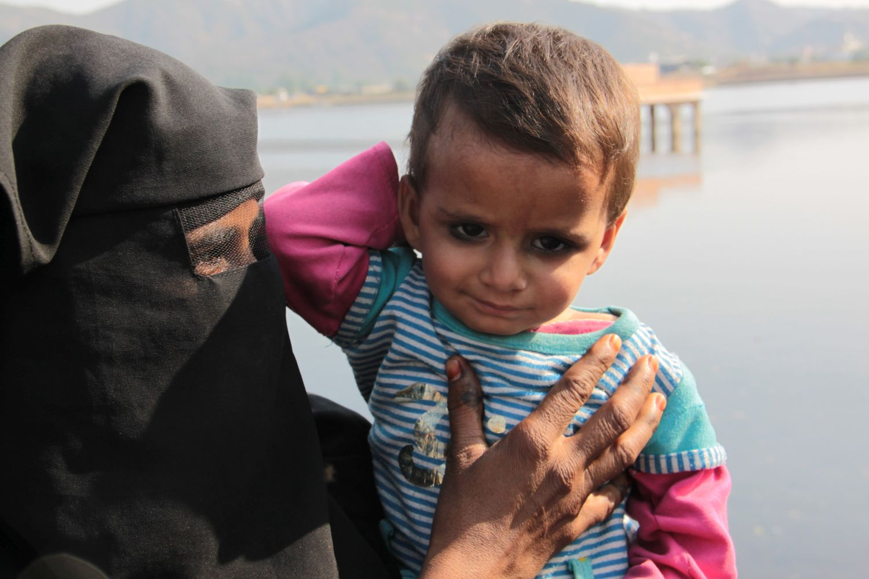 Jaipur | Rajasthan | Pink city | Muslim woman with her child | Man Sagar Lake | Jal Mahal | ©sandrine cohen