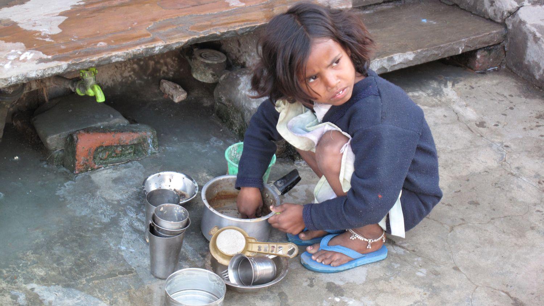 Jaipur | Rajasthan | Pink city | Indian girl washing dishes | ©sandrine cohen