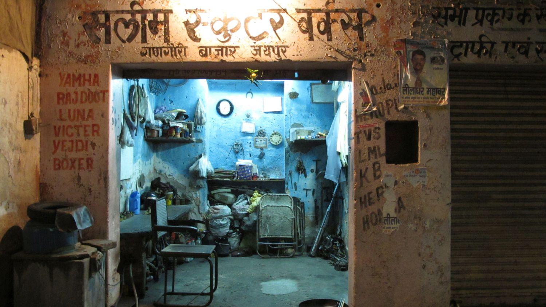 Jaipur | Rajasthan | Pink city | Blue garage at night | ©sandrine cohen