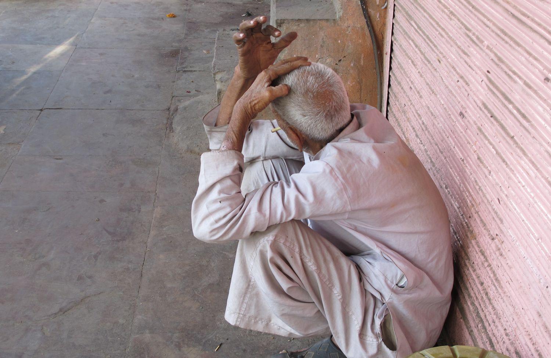 Jaipur | Pink city | Rajasthan | Old man squatting smoke | ©sandrine cohen